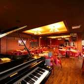 土日祝日の夜はピアノの生演奏。贅沢な食事会に