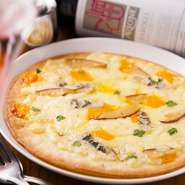 日替わりで4種類のチーズをたっぷり生地に乗せ、店内で焼き上げたアツアツのチーズピザ。