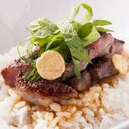 ミディアムレアに焼き上げた牛肉に自家製ソースが絡む一番人気メニュー。もちろんご飯との相性も抜群です。