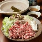 蝦夷鹿肉の余分な脂を落とし、たっぷりネギを巻き込んで食らう! これがこれるもん流蝦夷しゃぶしゃぶ※追加メニュー鹿肉 780円野菜 300円豆腐 300円〆うどん 320円 〆らーめん 320円