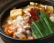 福岡博多で第二次大戦後にモツとニラをアルミ鍋で炊いたものがルーツ。当店では数種類の骨と野菜を6時間以上じっくり弱火で煮込んだ黄金スープにブレンドした魚節でとった出汁を加えコクのある味に仕上げました。