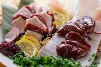 低カロリーて低脂質、カルシウムや鉄分の豊富なヘルシーで美容に良い健康肉! まずは贅沢3種盛りをどうぞ