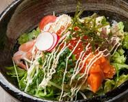 北海道ならではのラーサラと海鮮のコンビネーション! サラダの上がお祭り状態です! 一言でいえば、わっしょいです!