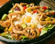 定番のシーザーサラダにベーコンではなくドスイカの唐揚げとアボカドをトッピング。とりあえずご注文ならまずこれで決まり!