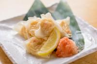 始まりは昭和40年代。某料亭の最高職人が作ったシューマイ。中華のシューマイとは根本が違っていて、柔らかくふんわりとした食感と口の中で広がる旨みと甘みは絶品。是非一度ご賞味あれ!