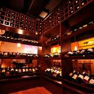 「新宿」駅から近くにありながら落ち着いた雰囲気の店は、大人の集いに最適です。美味しい食事やワインを楽しみながら、仲間と充実した時間を過ごしませんか。