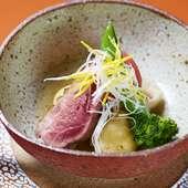 低温調理で凝縮した旨みを含ませる『【煮物椀】伊江島鴨と小丸芋の炊合せ』