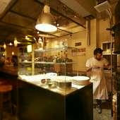 単なる食事の場ではなく、サロンのような役割も果たす店