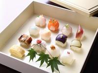 2000円コースは野菜中心2500円コースは魚中心3500円コースは2500円コースに揚げ物と一口お肉がついてます。全てのコースのメイン料理は手まり寿司となっております。