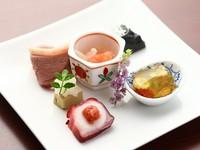 旬の野菜がふんだんにあしらわれた6品に小鉢がついた、季節替わりの逸品です。