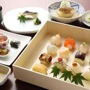 【嘉肴 うす井】がランチタイムに登場。1日限定10食の御膳です。『手まり寿司』をメインに、先付けから、焼き物、デザートまで7品を堪能。四季を感じさせる趣向が凝らされた、女性に人気のセットです。