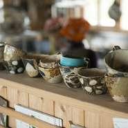 器やグラスは今帰仁村をはじめ、沖縄県内に在住している作家の器や琉球ガラスを使用。ぽってりとした質感の沖縄のやちむん(焼き物)は、ここ2~3年で女性誌などでも話題を呼んでいて、島野菜との愛称も抜群です。