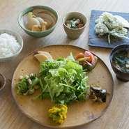 新鮮な今帰仁村産の野菜を中心に、旬の島野菜から生み出される8品のお惣菜は、斬新なアレンジにも脱帽です。