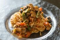 旬の野菜満載の『冷静のカッペリーニ 県産マグロとオクラとトマト』
