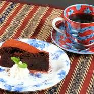 甘さ控えめでしっとり濃厚な『ガトーショコラ』、季節の果物が楽しめる『焼き立てサクサクパイ』等、自家製スイーツも充実。ブラックでもまろやかな味わいのコーヒーは焙煎されてから1週間以内の豆を使っています。