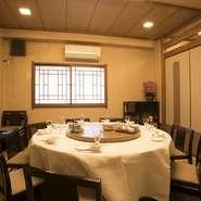 瀟洒な設えの個室席は最大40名様まで利用可能です。料理でお客様を幸せに…「口福(こうふく)」という言葉を大切にしている【獅門酒楼】。心のこもった料理の数々が、お客様の大切な時間をていねいに演出します。