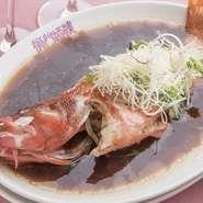 長崎五島列島産の新鮮な赤ハタを、紹興酒、ネギ、生姜をのせて強火で一気に蒸し上げます。熱々のところに、特製だれをじゅわっとかけた一品。その日仕入れた新鮮な食材を、お客様好みの調理方法でご提供しています。