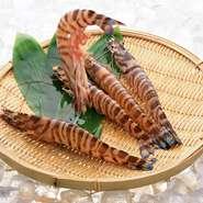 鹿児島産の車エビは、他の産地の物に比べて食感がよく、火を通した時の色目が鮮やか。エゾアワビは味がしっかりしていて、肉厚なので『香港式 活あわびの焼きパイ』には欠かせない食材です。