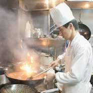 『海老チリ』『青椒肉絲』などメジャーな中華料理だけでなく、シーズンごとに様々な料理を提案。また「これとこれを組合わせてみて」などお客様からのリクエストには、料理人が心を込めて腕を振るっています。