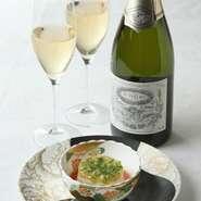 フランスでつくられたオリジナルレベルのシャンパンも自慢のひとつ。食前酒や前菜のお供にどうぞ。