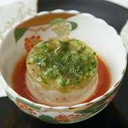 石鯛のタルタル、生姜とセロリのブラマンジェの2層を、トマトのスープでいただきます。定番の前菜ながら、季節ごとに食材が変わるので、足を運ぶたびに新鮮なおいしさが味わえます。