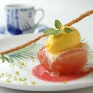 コースを締めくくるデザートには、季節のフルーツを使った一品が供されます。写真は桃のコンポートにマンゴーアイスクリームを添えた一皿。