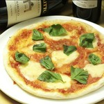 ナポリを代表するピッツァ。トマトソース・バジリコ・モッツァレラチーズ・パルミジャーノ