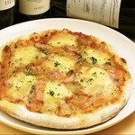 辛味のピッツァ。トマトソース・チョリソー・青唐辛子・モッツァレラチーズ