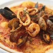 毎日築地から仕入れる旬の魚介をふんだんにのせたピッツァ。イタリア産の小麦粉を使った、ナポリ風のもちもちしたピザです。海老・貝類・トマトソース・パルミジャーノ