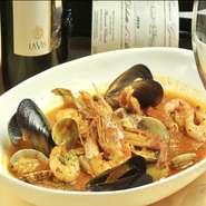 旬の魚介類をトマトベースで煮込んだスープ。7~8種類の魚介類が入った具沢山で、ブイヤベース風の仕上がりです。