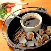 〆の卵かけご飯も絶品の『ダッチオーブンで瞬間燻製のあさりバター醤油』