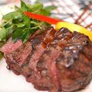 専門の卸業者から、ニュージーランド産の極上牛フィレ肉を仕入れています。非常に柔らかくジューシーなフィレ肉を贅沢に厚切りカットし、特製スパイスで焼き上げます。付け合せの自家製アリゴとの相性も抜群!