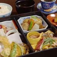 旬の味覚だけでなく、盛り付けや器の美しさも楽しめる逸品です。「天ぷら」に「焼物」、「煮物」など種類が豊富。また、茨城県の農家から直接仕入れたこだわりの「米」は甘みが強く、艶やかなで粒が立っています。