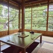 大きな窓からは、日本に四季があるからこその「自然の移り変わり」を見ることができます。「新緑」や「紅葉」といった植物の変化だけではなく、陽射しが入る角度や虫の音色なども風情を感じられます。
