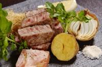 肉の旨味を活かすべく神経を使って慎重に焼き上げた『常陸牛ステーキ』