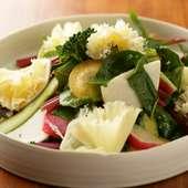 色鮮やかな野菜に花びらのようなチーズを添えて、華やかに。『色どり野菜とテテドモアンヌのサラダ』