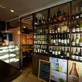 バラエティーに富むワインがおよそ100種類