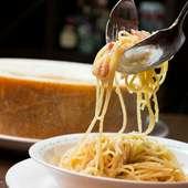 シェフパフォーマンスが魅力『パルメザンチーズのパスタ』