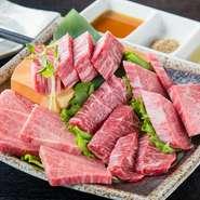 お肉と一緒にお出しする当店の「焼き肉のタレ(つけダレ)」は、創業以来50年続く伝統の味。加熱処理していない生ダレで、良質の肉の旨味を引き立てるよう、主張し過ぎない上品な味に仕上げています。