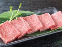 『和牛赤身盛合わせ』にも入った人気の『上ロース』。当店では肩ロースの内側の希少部位「ハネシタ」を提供しています。濃厚な肉の旨味と、口の中でとろける食感をご堪能ください。