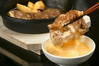 お肉問屋のプロが目利きしたA5ランク国産和牛をムース状の卵につけて食べる『すき焼き』
