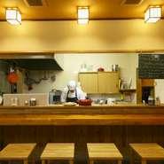 お店のモットーは「洋食を気軽に楽しんでもらう」こと。一人で訪ねても温かく歓迎してくれます。カウンターで料理人の仕事を眺めながら、時には会話を楽しみながら、美味しいひとときを過ごせます。