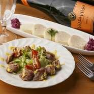 スペイン料理の定番といえる小皿料理の「タパス」を味わえる【欧風食堂 カプリス】。四季折々の朝採り野菜や鮮魚を厳選して使用しているので、日替りの品です。お酒のおつまみにおすすめ。