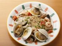 新鮮な魚介類を使用した『アクアパッツァ(ディナー)』