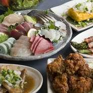 旬の鮮魚を使った『刺身の盛り合わせ』は、店長の実家から仕入れているから新鮮そのもの。器からはみ出さんばかりのボリューム感に、お客様をおもてなしする思いが込められています。