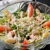 栄養バランスも考えた、オリジナルサラダも人気の一品