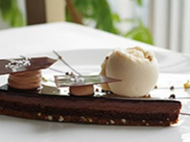 ル・ショコラ・アラン・デュカス 東京工房のショコラ ブノワ風 長野県戸隠産 蕎麦の実のアイスクリーム