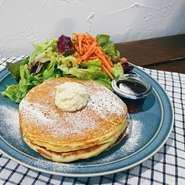 気軽にワインを お試ししていただける豊富な500均一グラスワインや、季節によって使用するフルーツがかわる『自家製サングリア』は、風味豊かで訪れたならぜひ飲みたいイチオシドリンクです。