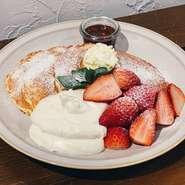 お誕生日や記念日などに花を添える「メッセージ付きデザートプレート」の対応も可能。主役を笑顔にするサプライズのお手伝いもしてくれる訪れる人思いの【アランアランの小路】です。