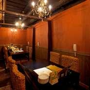 【アランアランの小路】は全室が個室。2名席部屋からアンティークシャンデリアが光り輝く20名席部屋まで、数タイプの部屋があり色々なシーンに合わせて使えるところが魅力です。